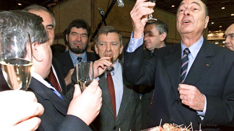 Jacques Chirac au Salon de l'agriculture, le 18 février 2001, à Paris. (GEORGES GOBET / AFP)