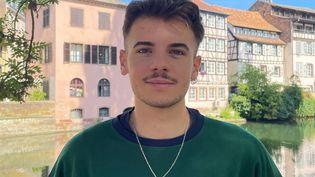 Antony, 21 ans, étudiant à Strasbourg et bénévole dans l'équipe de communication de Sandrine Rousseau, candidate à la primaire écologiste. (MANON MELLA / FRANCEINFO)
