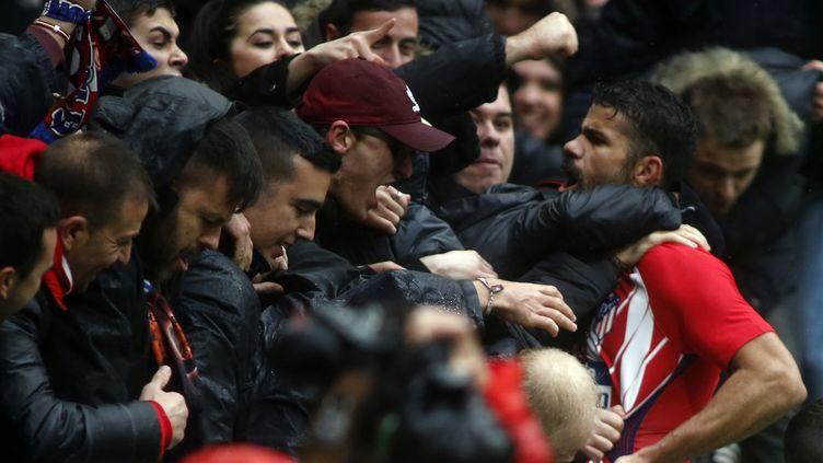 Une célébration qui a valu un deuxième jaune à l'attaquant espagnol. (OSCAR DEL POZO / AFP)