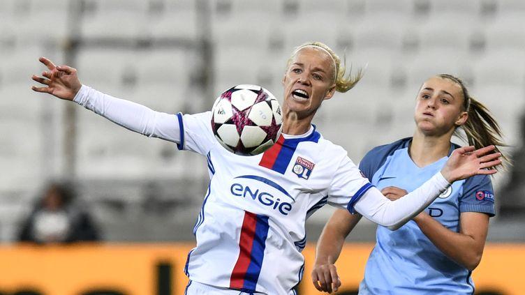 La milieu de terrain lyonnais Caroline Seger face à Georgia Stanway de Manchester City, en demi-finale de la Ligue des champions, le 29 avril 2017 à Lyon. (JEFF PACHOUD / AFP)