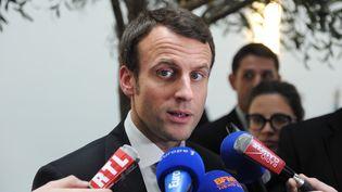 Emmanuel Macron, ministre de l'Economie, parle avec des journalistes le 9 avril 2015 après une rencontre avec la Fédération nationale des travaux publics (FNTP). (ERIC PIERMONT / AFP)