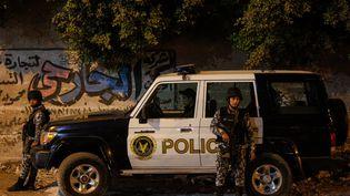 Des membres des forces de sécurité égyptiennes stationnent près du bus visé par une attaque terroriste, vendredi 28 décembre 2018 près des pyramides de Gizeh. (ISLAM SAFWAT / NURPHOTO / AFP)