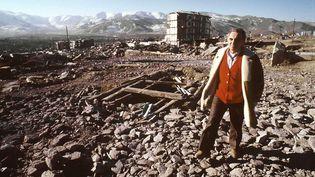 Charles Aznavour, le 4 février 1989, sur les lieux du tremblement de terre de décembre 1988 en Arménie. (ASLAN / SIPA)