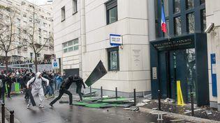 Des lycéens attaquent un commissariat du 19earrondissement de Paris, le 25 mars 2016, après la diffusion la veille d'une vidéo montrant un policier frappant un lycéen en marge de la mobilisation contre la loi Travail. (MAXPPP)
