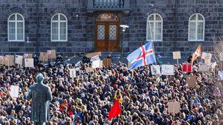 """Des manifestants demandent la démission du Premier ministre islandais, lundi 4 avril à Reykjavik, après sa mise en cause dans l'enquête sur les """"Panama Papers"""". (MAXPPP)"""