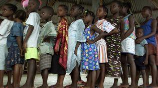 Campagne de vaccination contre la rougeole à Monrovia (Libéria). L'OMS préconise une vaccination des enfants entre 9 mois et 5 ans. Photo prise le 26 août 2003. (VASILY FEDOSENKO / X00829)