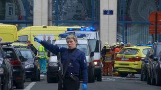 Une policière oriente les ambulances venant porter secours aux victimes de l'attaque qui a visé le métro de Bruxelles, le 22 mars 2016. (REUTERS TV / REUTERS)