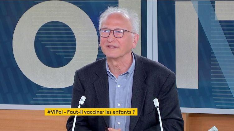 """Covid-19 : pour atteindre l'immunité collective il faudra """"peut-être vacciner les enfants"""", estimeAlain Fischer, sur franceinfo, le 17 mai 2021. (FRANCEINFO)"""