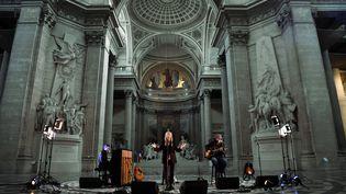 La chanteuse rock Patti Smith se produit lors de l'enregistrement d'un concert dans le cadre de la célébration du 50e anniversaire de la station de radio musicale française FIP au monument du Panthéon à Paris, le 7 octobre 2021. (ALAIN JOCARD / AFP)