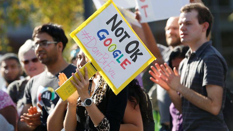"""Des """"Googlers"""" dénoncent la gestion du harcèlement sexuel au sein leur entreprise, à Mountain View en Californie, le 1er novembre 2018. (STEPHEN LAM / REUTERS)"""