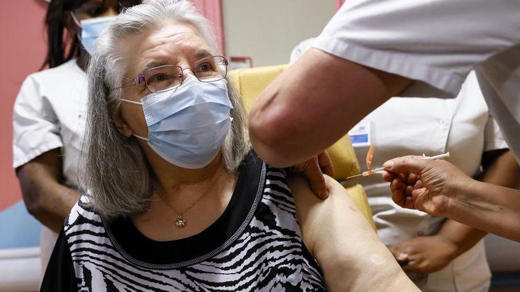 Mauricette,78 ans, a reçu la première dose de vaccin en France. (THOMAS SAMSON / POOL)