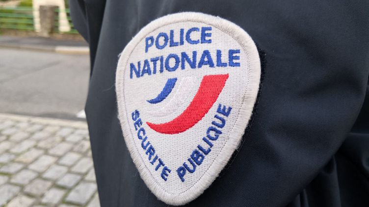 L'écusson Police nationale - Sécurité publique (illustration). (PIERRE-ANTOINE LEFORT / RADIOFRANCE)