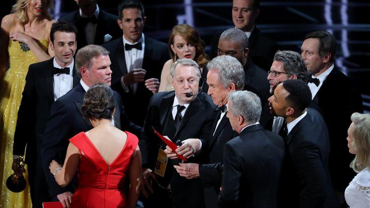 Confusion sur la scène des Oscars après l'annonce par erreur de l'attribution du meilleur film à La La Land,vendredi 26 février,à Los Angeles. (LUCY NICHOLSON / REUTERS)
