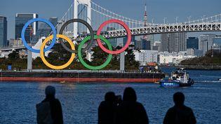 Les anneaux olympiques au bord de l'eau à Tokyo,le 1er décembre 2020. (CHARLY TRIBALLEAU / AFP)
