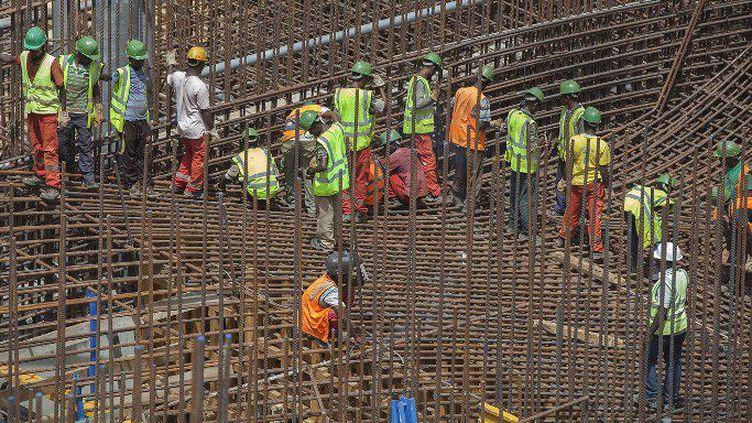 Des ouvriers éthiopiens sur le chantier du Grand barrage de la renaissance, le plus grand d'Afrique, construit sur le Nil Bleu en Ethiopie malgré les réticences de l'Egypte, le 31 mars 2015. (ZACHARIAS ABUBEKER/AFP)