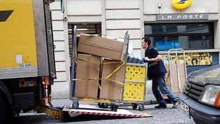 Un facteur charge un chariot de courrier dans un camion de La Poste à l'heure de la levée le 10 juillet 2014. (  MAXPPP)
