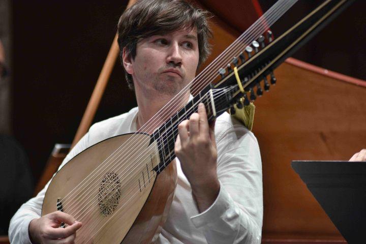 Le luthisteThomas Dunford le 18 septembre 2020 à Ambronay. (BERTRAND PICHENE)