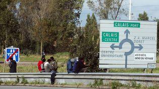 """Calais, le 17 octobre 2017. Un an après le démantèlementde la """"jungle"""", plusieurs centaines de migrants ont fait leur retour à Calais. (MAXPPP)"""