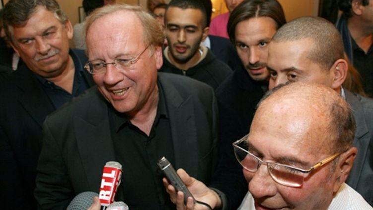 Le candidat UMP Jean-Pierre Bechter, bras droit de l'ancien maire Serge Dassault (à droite sur la photo) (© AFP PHOTO / BERNARD GAUDIN)