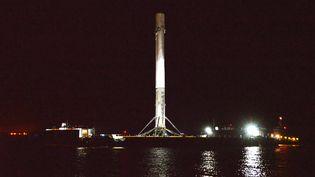 Le premier étage de la fusée Falcon 9 Space X vu sur un bateau ramené à Cap Canaveral (Floride), le 13 avril 2016, après un atterrissage réussi sur une barge dans l'océan Atlantique. (CITIZENSIDE/JULIAN LEEK / AFP)