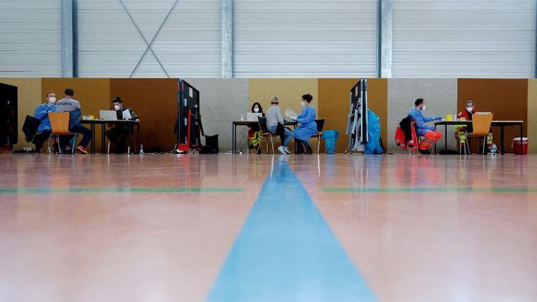 Un centre de vaccination contre le Covid-19 dans un gymnase àEisleben en Allemagne, le 27 avril 2021. (SEBASTIAN WILLNOW / DPA-ZENTRALBILD / AFP)