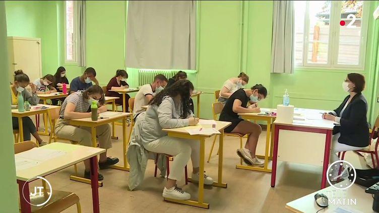 Des élèves lors de l'épreuve de philosophie. (France 2)