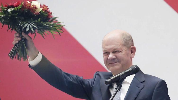 En Allemagne, Olaf Scholz, candidat du SPD, arrivé en tête des élections législatives allemandes, pourrait succéder à la chancelière Angela Merkel. Son parti devra toutefois faire des alliances pour former le nouveau gouvernement. (FRANCE 2)