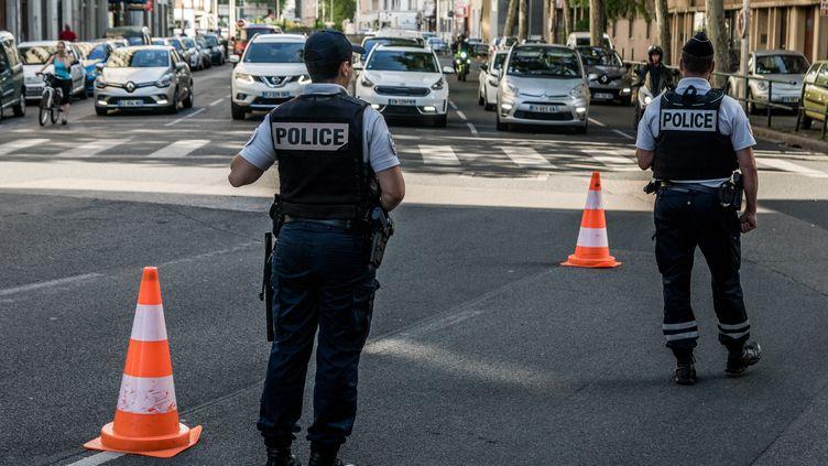 Des policiers contrôlent les rues de Lyon, le 20 juin 2019. (NICOLAS LIPONNE / NURPHOTO / AFP)