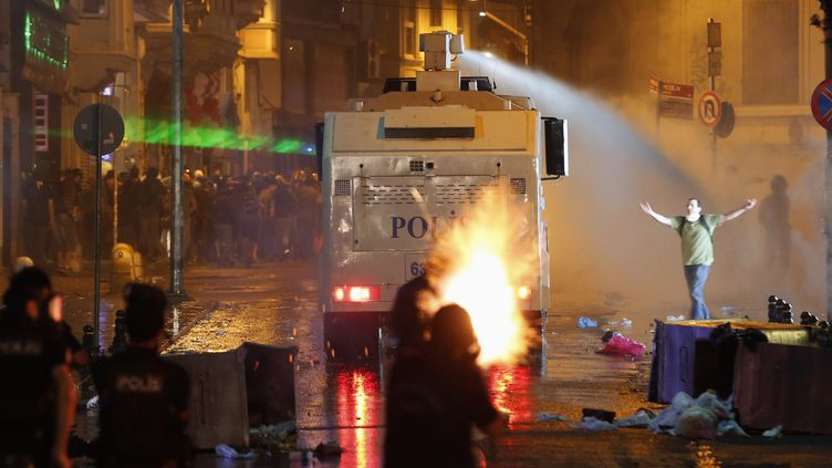 La police intervient place Taksim à Istanbul (Turquie), le 15 juin 2013. (OSMAN ORSAL / REUTERS)