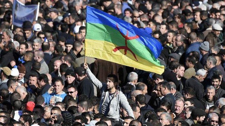 Drapeau berbère brandi dans les rues d'Alger le 16 janvier 2016 (FAROUK BATICHE / AFP)