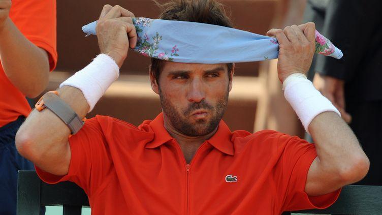 Arnaud Clément s'est qualifié pour le deuxième tour de Roland-Garros en battant le Russe Alex Bogomolov, lundi 28 mai 2012 (PASCAL GUYOT / AFP)