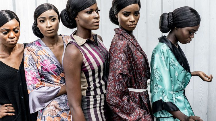 La saison des Fashion Weeks africaines a commencé. Du 25 au 27 mai, il y a eu la Kigali Fashion Week 2017, au Rwanda, «un évènement de mode haut de gamme pour un public exclusif», comme l'affirme sa pageFacebook. Quelques jours plus tard, les 3 et 4 juin, l'African Fashion Week Nigeria a eu lieu au National Theater de Lagos. «Notre mode, notre culture, notre héritage», proclamait fièrement lesitede l'évènement, en expliquant: «La mode meurt rapidement. Le style dure toujours»… Outre leNigeria, quatre pays y étaient représentés, le Sénégal, le Cameroun, le Ghana et la Zambie, pour montrer ce que l'Afrique produit de meilleur en matière de mode. Du 28 au 30 septembre se tiendrala Kampala Fashion Week, celle «qui monte»,dixitles spécialistes. Nés en Europe ou en Afrique, les jeunes créateurs du continent «qui font briller la mode africaine», «ont entre 20 et 40 ans (…). Diplômés, polyglottes et entreprenants, ils posent sur la terre de leurs parents un autre regard. Et plutôt que de financer les proches restés au pays, ils créent des entreprises (…) à cheval entre les deux continents», rapporte «Madame Figaro». (AFP - Marco Longari)