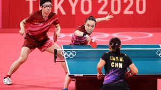 Jun Mizutani et Mima Ito (de face), ont privé les Chinois Xu Xin et Liu Shiwen de la médaille d'or, lundi 26 juillet, aux Jeux olympiques de Tokyo. (ZHENG HUANSONG / XINHUA)