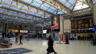 La gare de Charing Cross, à Londres, presque désertée par les voyageurs, le 20 décembre 2020, au premier jour du reconfinement d'une partie du Royaume-Uni. (NIKLAS HALLE'N / AFP)
