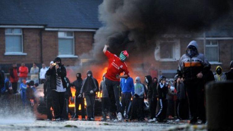 A Belfast, violences entre jeunes et policiers, le 12 juillet 2011, après les marches orangistes. (AFP PHOTO / STEPHEN WILSON)