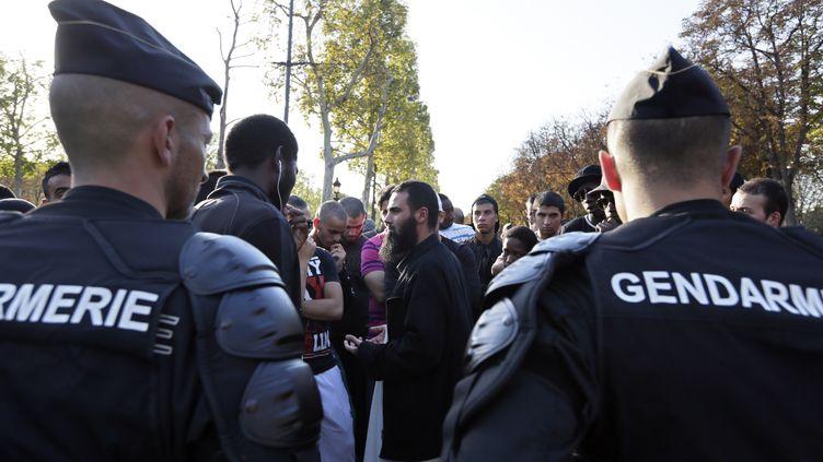 Des manifestants protestants contre un film anti-islmam sont encerclés par les forces de l'ordre le 15 septembre 2012 à Paris. (KENZO TRIBOUILLARD / AFP)