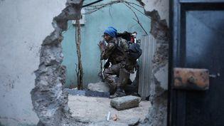 Un soldat des forces spéciales irakiennes se déplace dans les décombres d'un bâtiment, à la recherche de combattants de l'organisation Etat Islamique (EI), le 27 février 2017 à Mossoul, en Irak. (GORAN TOMASEVIC / REUTERS)