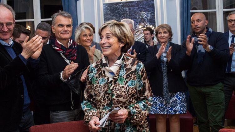 Brigitte Barèges, entourée de son équipe de campagne, après le premier tour des élections municipales à Montauban (Tarn-et-Garonne), le 15 mars 2020. (PATRICIA HUCHOT-BOISSIER / HANS LUCAS / AFP)
