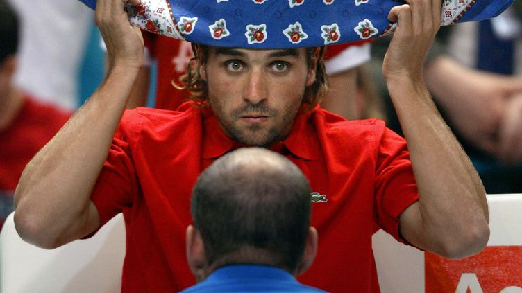 Contrairement à ce qu'on croit, Arnaud Clément n'a pas chez lui une armoire remplie de bandanas, où il piocherait avant chaque tournoi. (FREDERICK FLORIN / AFP)