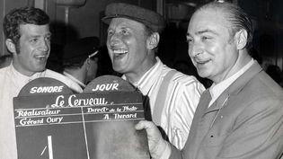 """Gérard Oury aux côtés de Jean-Paul Belmondo et Bourvil en 1968 sur le tournage du """"Cerveau"""".  (Lévy/Sipa)"""