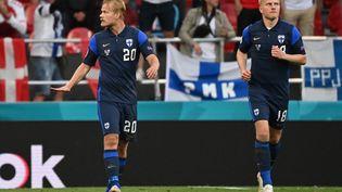 Joel Pohjanpalo (à gauche) après avoir ouvert le score face au Danemark, lors de la première journée du Groupe B, le 12 juin 2021. (JONATHAN NACKSTRAND / POOL / AFP)
