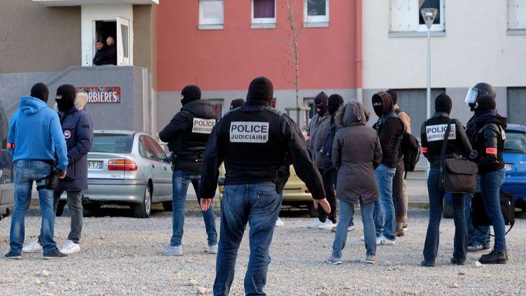 La police sécurise la cité Ozanam, à Carcassonne, au cours d'une perquisition, le 23 mars 2018. (ERIC CABANIS / AFP)