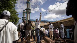 Des manifestants à une barricade devant la mosquée Salam deBadalabougou où l'influent Imam Mahmoud Dicko,autour duquel s'organise la coalition du M5, adirigéle 12 juillet 2020 une prière dédiée aux personnes tuées lors des manifestations du mouvement lesjours précedents à Bamako, la capitale malienne. (MICHELE CATTANI / AFP)
