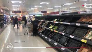 L'Irlande du Nord est actuellement touchée par une vague de pénurie alimentaire avec le Brexit. Les rayons se vident plus vite qu'ils ne se remplissent car le pays est très dépendant des importations, notamment pour les fruits et légumes, relève France 2, mardi 12 janvier. (France 2)