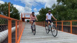 Luydmila (à gauche) découvre en famille la ville de Moulinsen vélo. (BORIS LOUMAGNE / RADIOFRANCE)