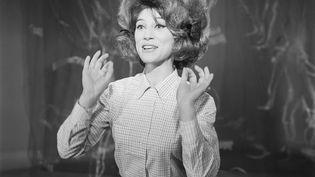 """Sheila lors de l'émission """"Du yoyo au yéyé"""" en 1964. (GEORGES CHEVRIER / INA)"""