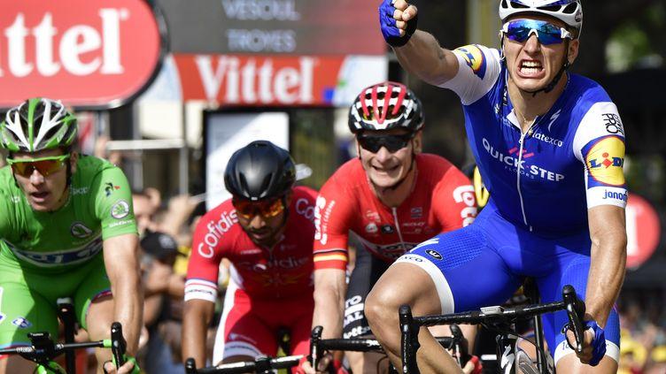 Marcel Kittel s'impose à Troyes devant Arnaud Démare (en vert) et André Greipel (en rouge).  (PHILIPPE LOPEZ / AFP)