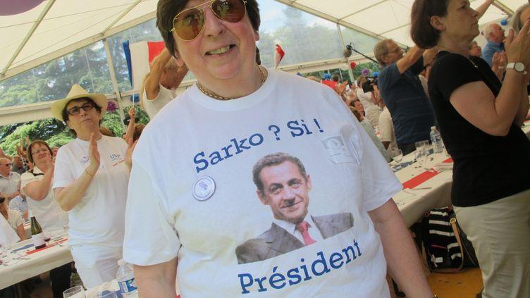 Annie, militante UMP, est venue de Levallois-Perret (Hauts-de-Seine), pour dire à Nicolas Sarkozy qu'elle souhaite plus que tout son retour en politique. (BASTIEN HUGUES / FRANCETV INFO)