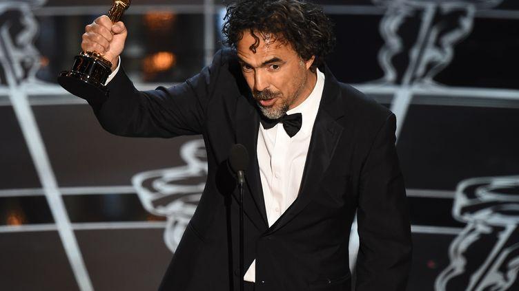 Le réalisateur Alejandro González Iñárritu sur la scène des Oscars, à Los Angeles (Etats-Unis), le 22 février 2015. (ROBYN BECK / AFP)