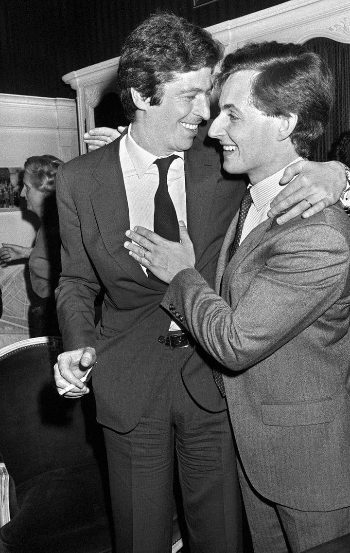 Nicolas Sarkozy est félicité le 29 avril 1983 à l'Hôtel de Ville de Neuilly-sur-Seine par Patrick Balkany, après son élection au poste de maire (PIERRE VERDY / AFP)